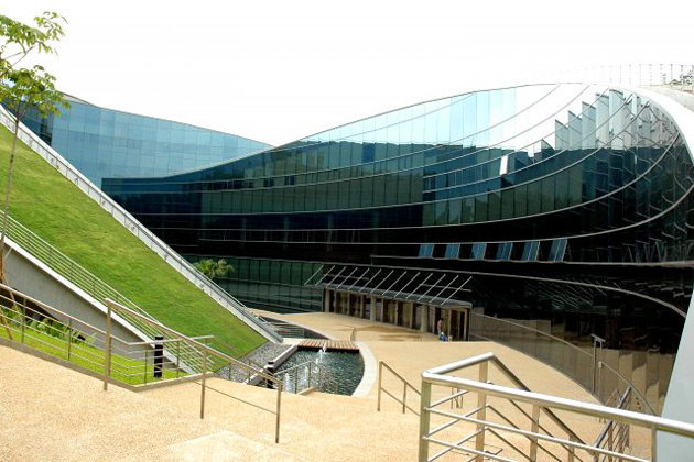 With the grassed roof fully accessible to students, the line between landscape and building is blurred.