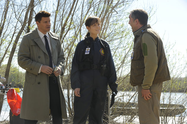 "(L-R): Special Agent Seeley Booth (David Boreanaz) and Dr. Temperance 'Bones' Brennan (Emily Deschanel) in ""The Feet On The Beach""."