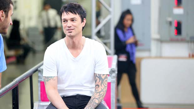 Jeff Gutt shows off his laid back style backstage.