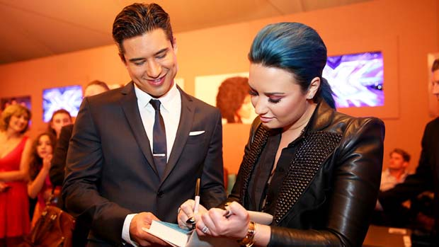 Demi signs autographs