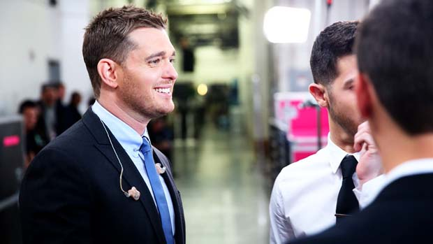 Michael Bublé took time after his performance to hang with the contestants.