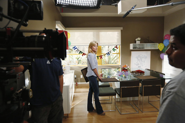 "Julie Bowen in ""Bringing Up Baby"" - Behind the scenes"