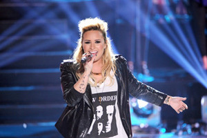 Demi Performs At the Teen choice awards